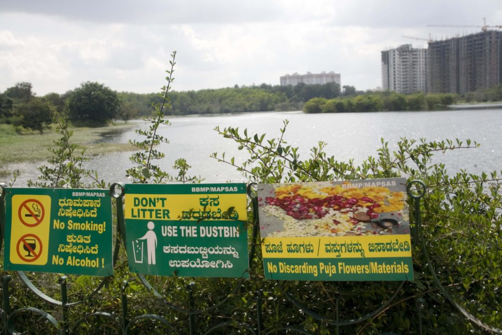 Signs warning against littering at Kaikondrahalli Lake. Copyright: Johan Enqvist.
