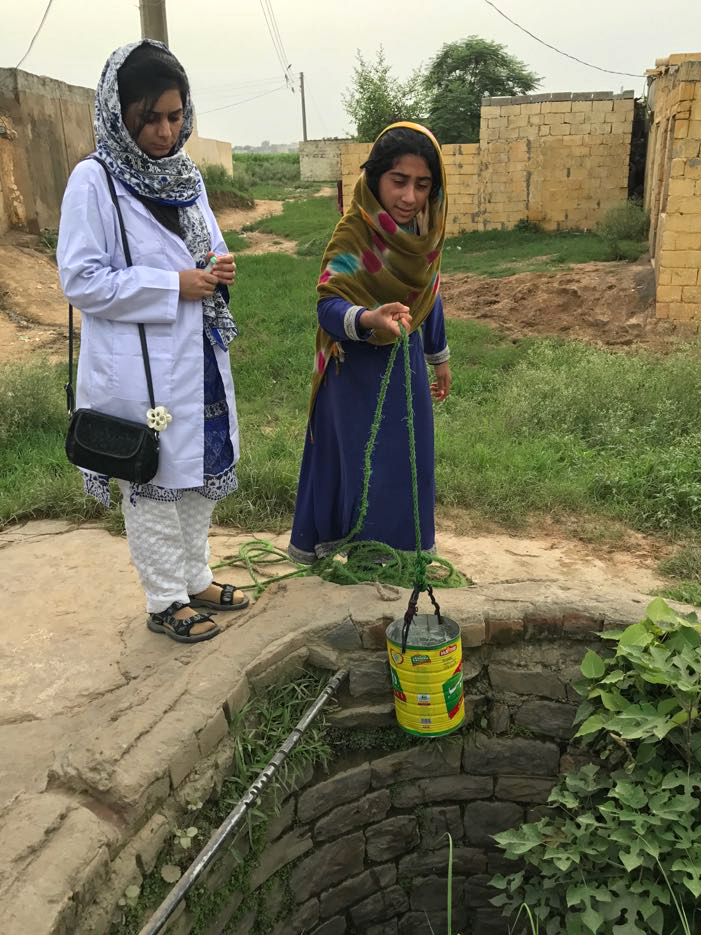 Arsenic sampling in groundwater from a dug well in the Gujrat district of Punjab province. Photo courtesy of: Tasawar Khanam, COMSATS