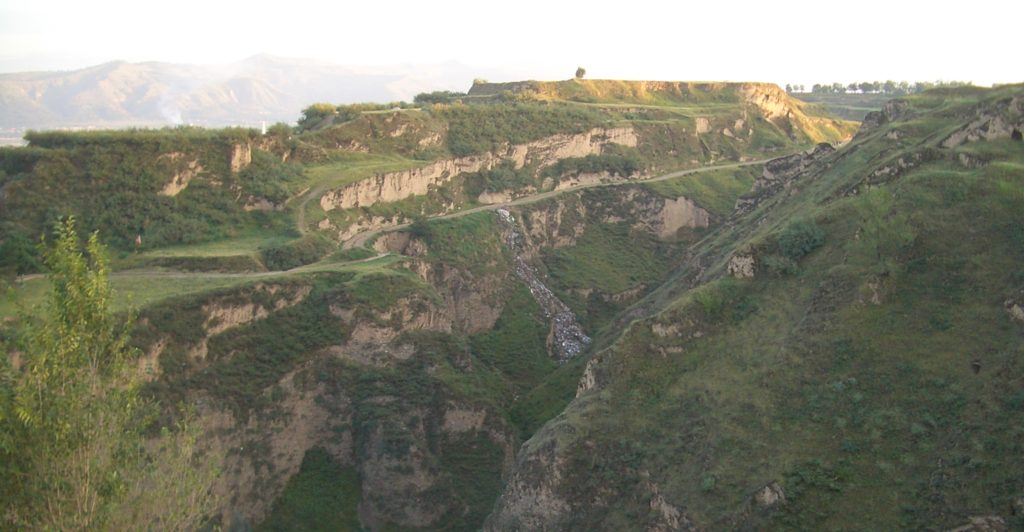 The loess plateau north of Linxia city, west of the pagoda of Wanshou Guan. Photo: Wikimedia commons/Vmenkov