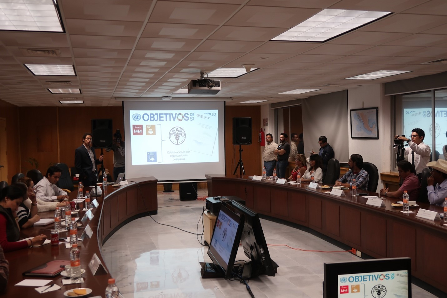 Xavier Basurto presents the study's findings, recommendations for policy, and future steps to the top fisheries officials in Mexico. Photo: Amy Hudson Weaver, January 2018.